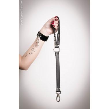 "Czarne lakierowane szpilki typu ""sling back"" fetysz BDSM Fuss"